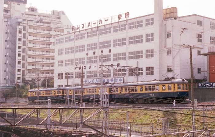 すぐ後の建物は目黒のドレメとして、東京ではわりと有名なドレスメーカー学院、手前にチラッと山手線&山手貨物線の架線が見えます。ここは地下に潜ってから行ってない